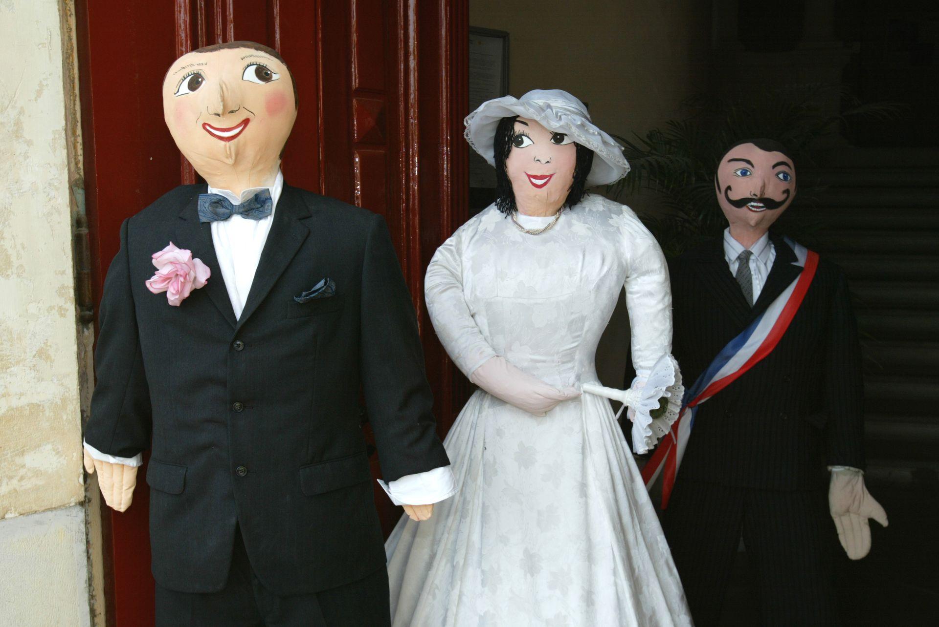 Petetas de Murviel Lès Béziers - Poupées de chiffon à taille humaine représentant un couple de mariés et Monsieur le Maire à la sortie de la mairie