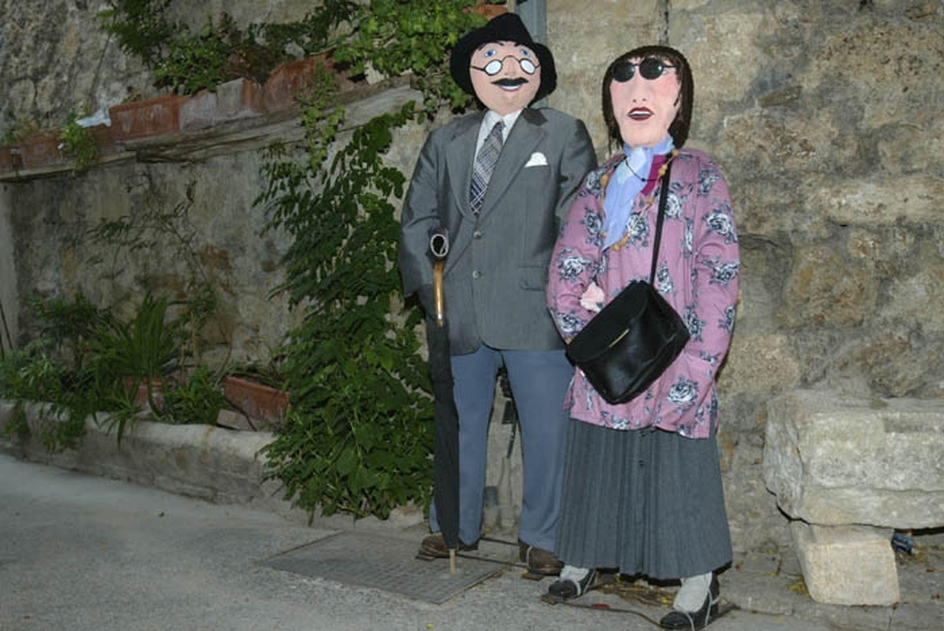 Petetas de Murviel Lès Béziers - Un couple de poupées de chiffon à taille humaine dans une ruelle du village