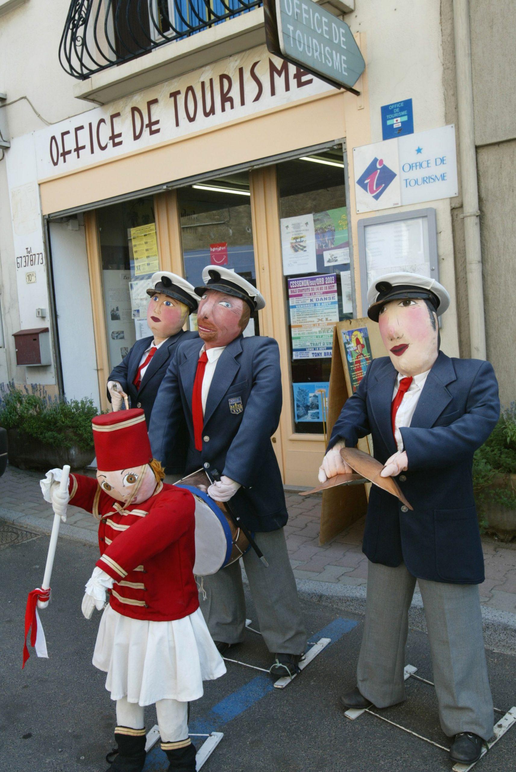 Petetas de Murviel Lès Béziers - Groupe de 4 poupées de chiffons représentant une fanfare devant l'Office de Tourisme