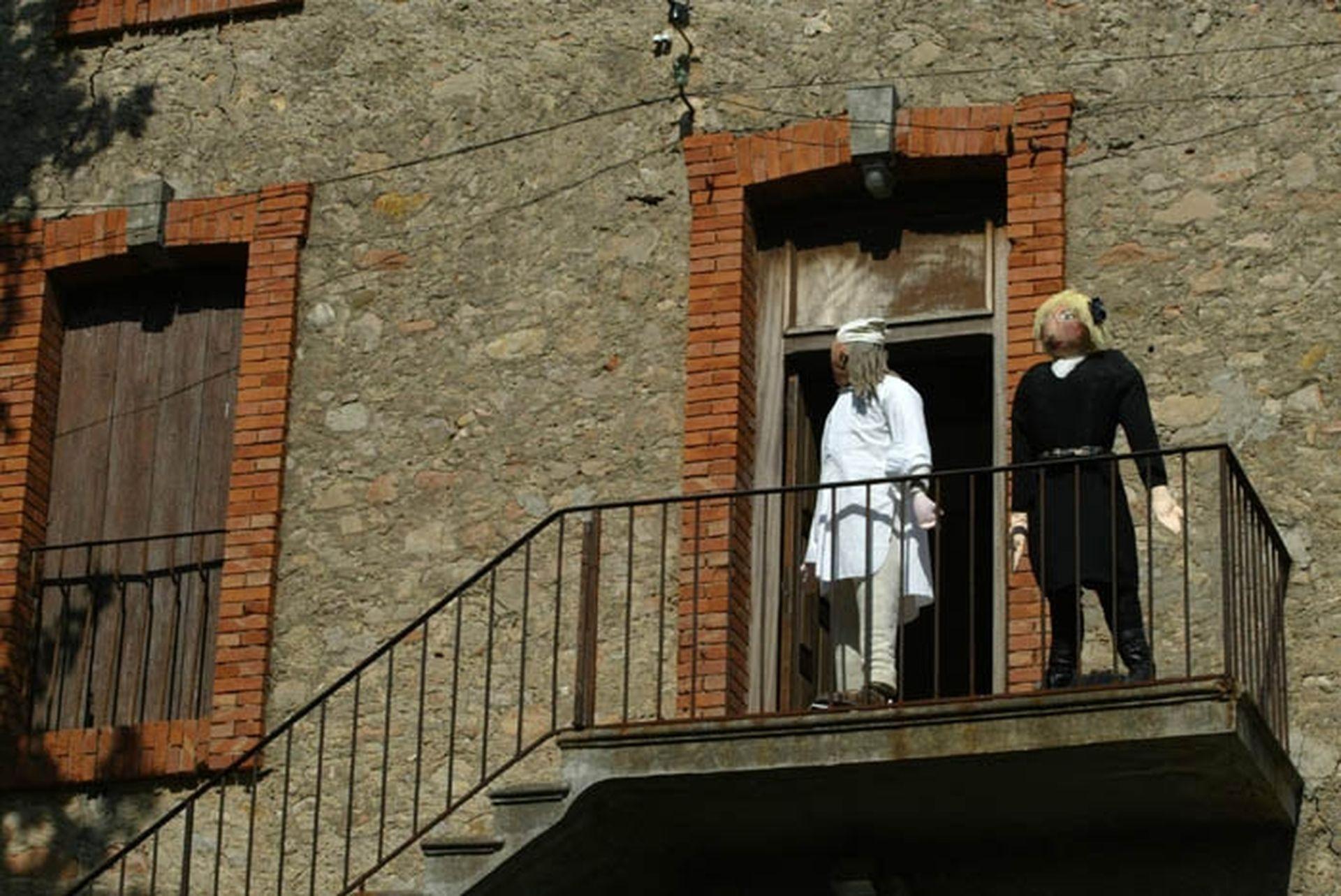 Petetas de Murviel Lèz Béziers - un couple de poupées de chiffon à taille humaine disposées au balcon d'une maison en tenue de nuit