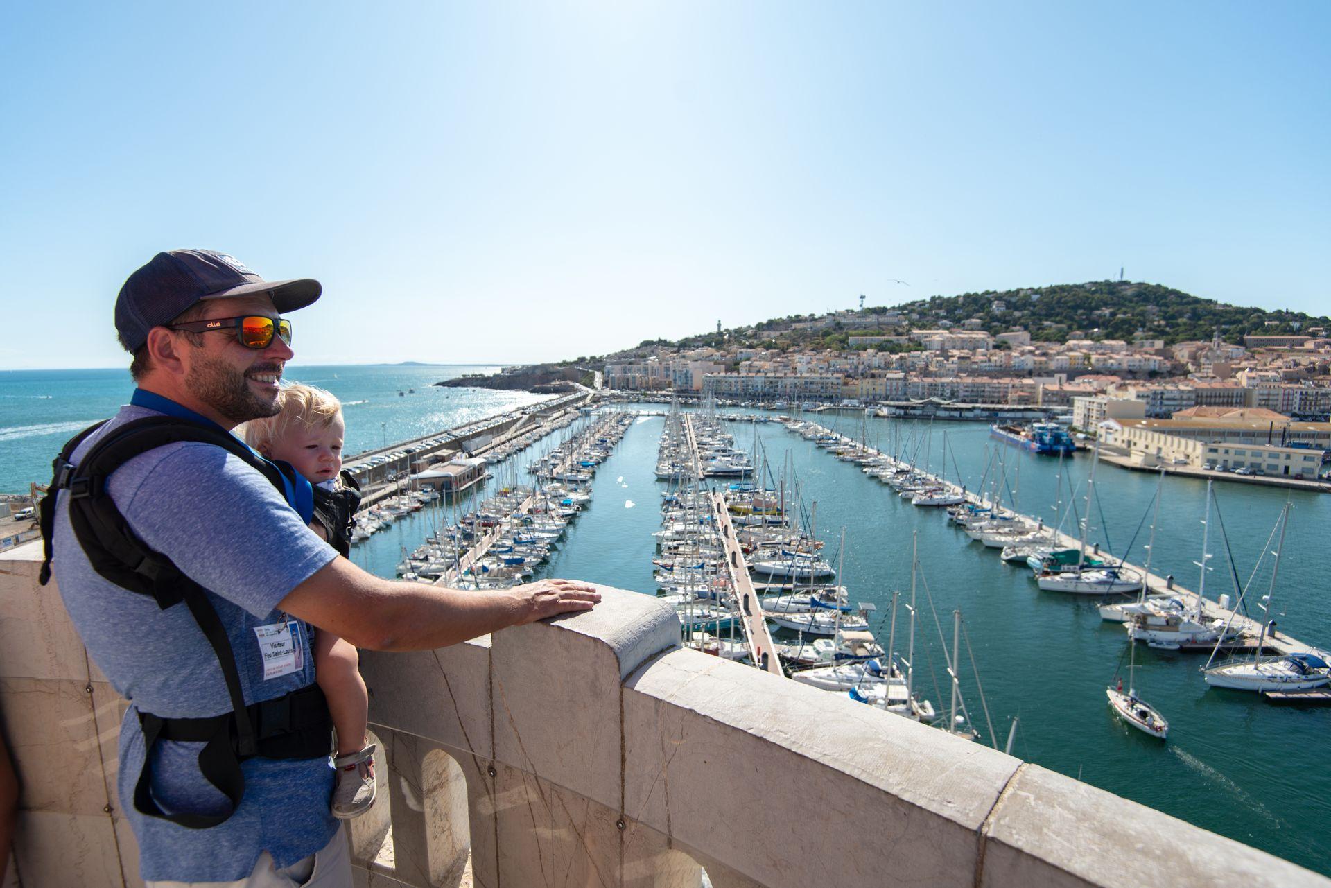 Vue du Phare à Sète en famille, papa et son bébé