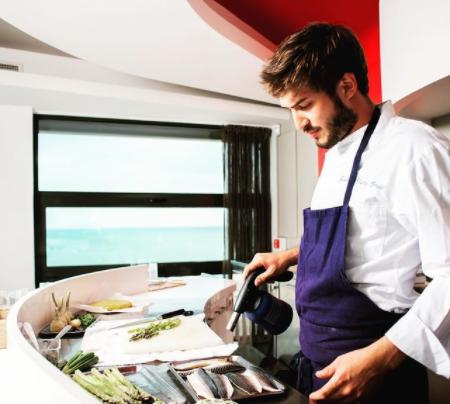 Cuisinier entrain de préparer un plat