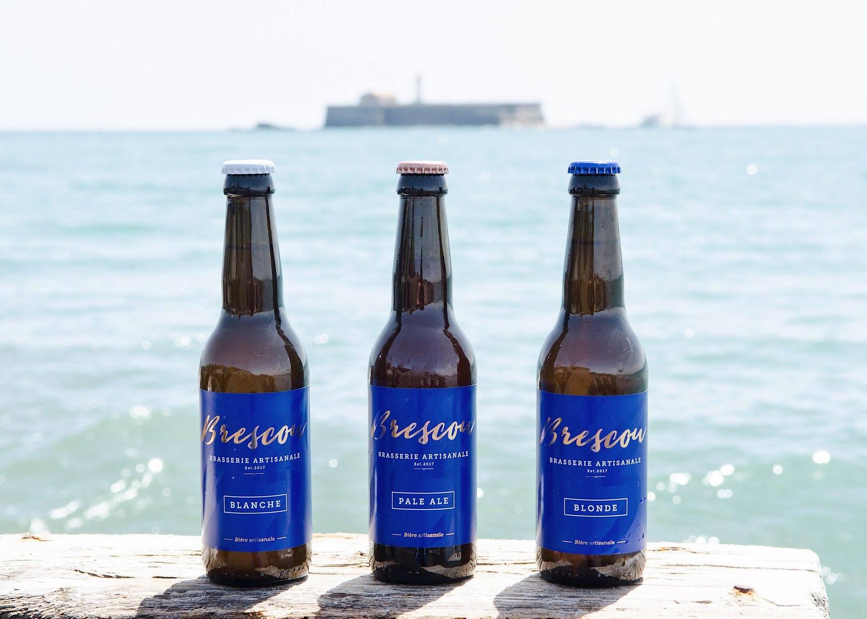 3 bouteilles de bières, avec en arrière plant le Fort de Brescou, fabriquées par la Brasserie Artisanale Brescou - Cap d'Agde