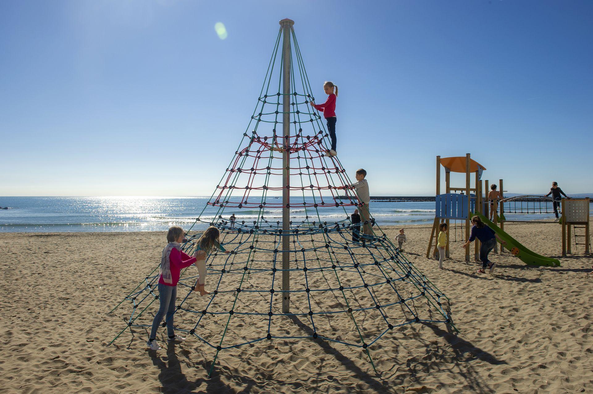 Enfants jouant sur la plage du Grau d'Agde