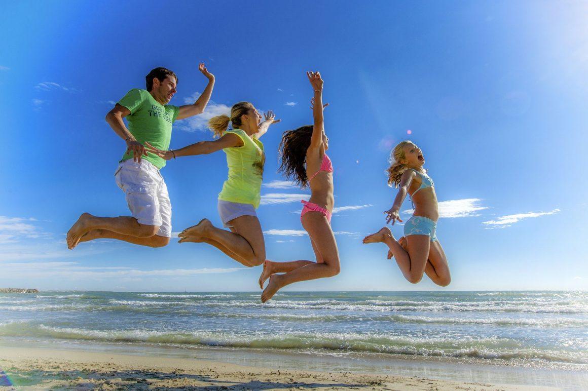 Famille qui saute à la plage