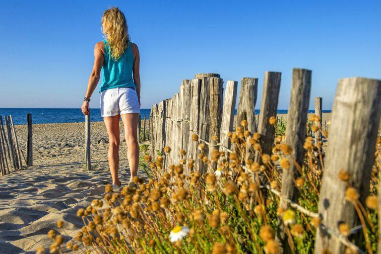 Jeune femme qui marche sur la plage