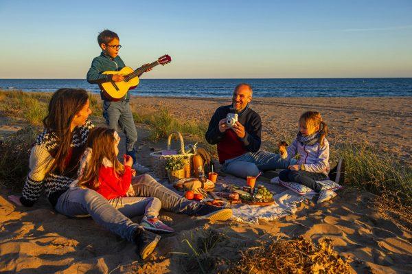 Portiragnes, famille qui pique nique le soir sur la plage