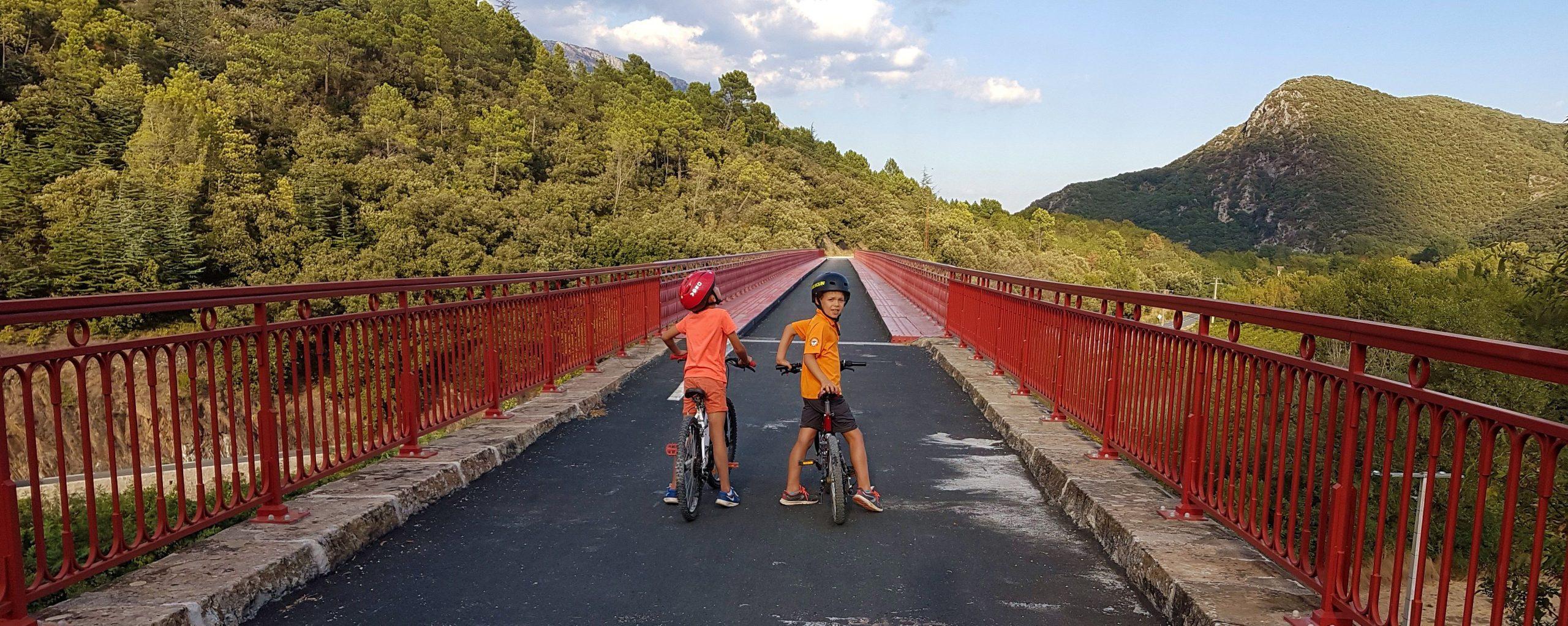 Enfants à vélo sur la voie verte Passa Païs à Olargues