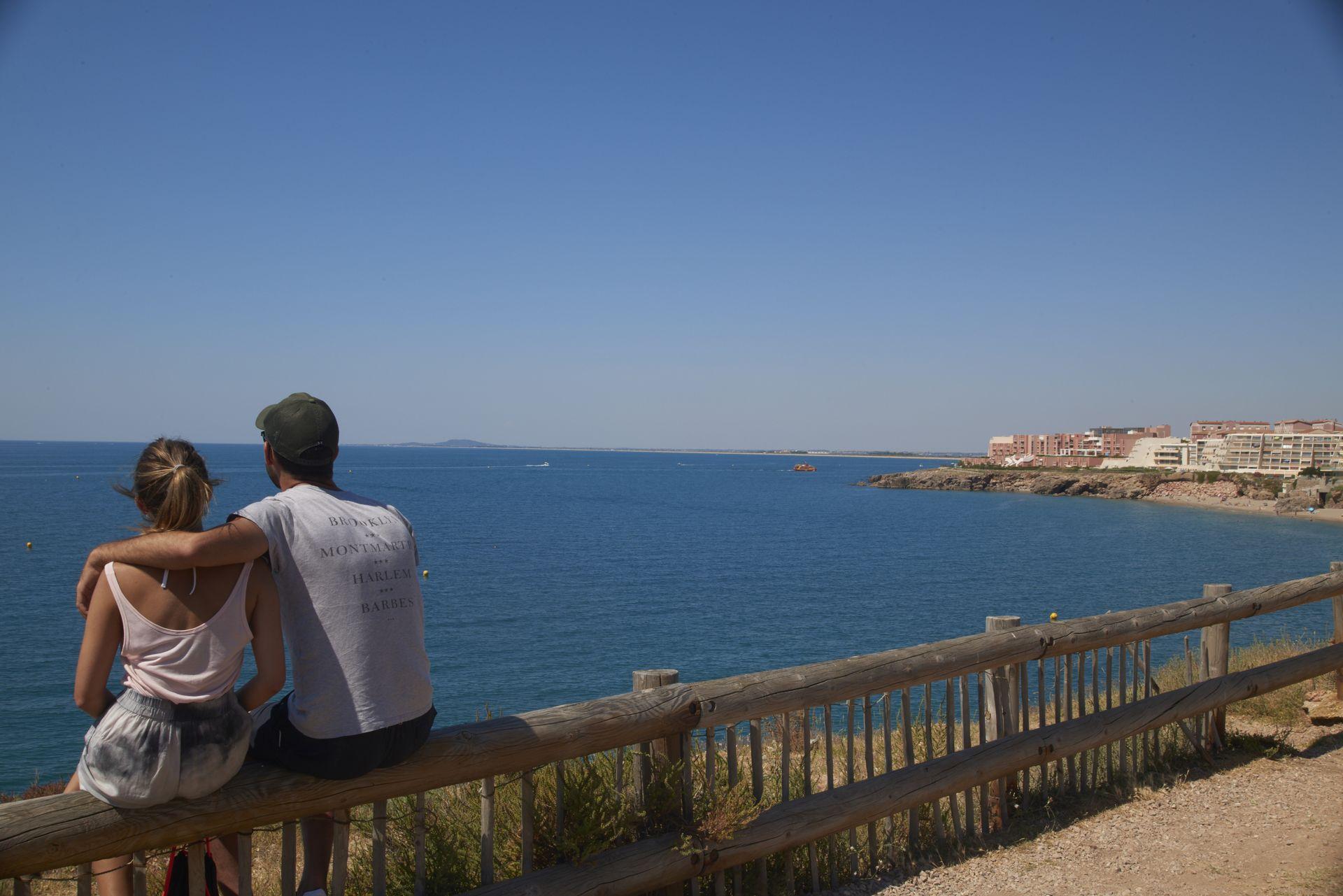 COuple de jeunes qui contemple la vue sur la mer de la Corniche à Sète