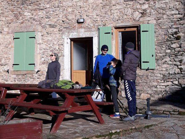 hébergement rando - randonneurs en terrasse au gîte d'étape