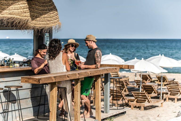 Groupe d'amis au Restaurant de Plage à Sète