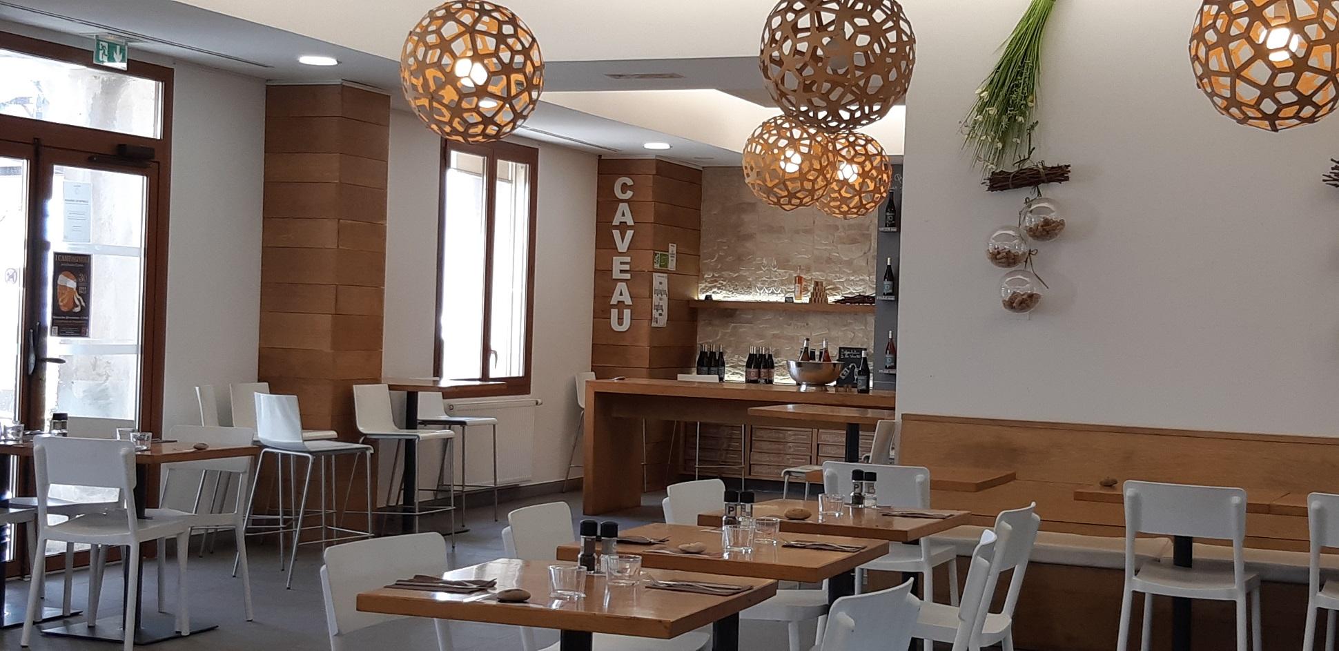 Salle intérieure du restaurant. Décoration sur les tons doux couleur bois et blanc
