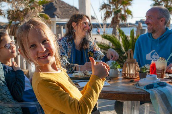 Cap d'Agde, Famille déjeunant en terrasse d'une paillotte Manovi au Cap d'Agde