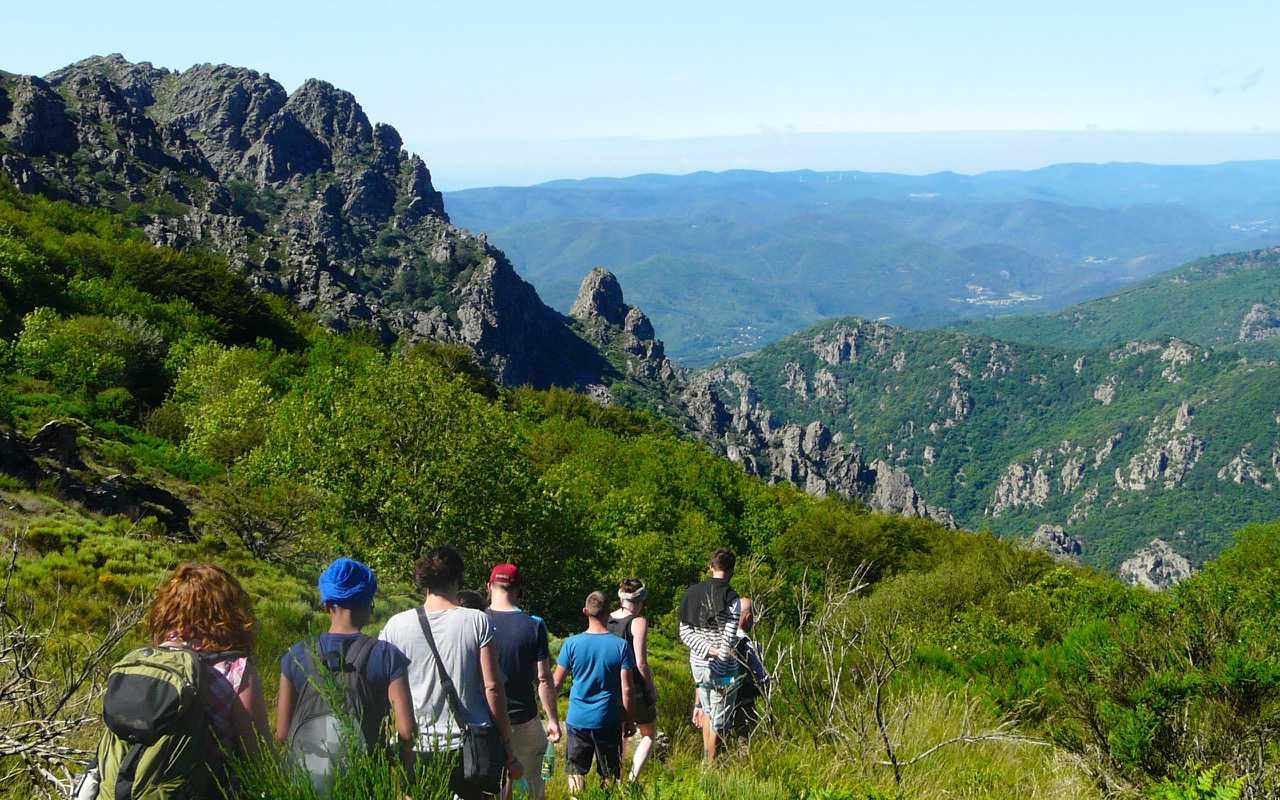 Descente vers l'Airolle lors d'un Séjour itinérance en groupe d'amis avec Les Marcheurs du Caroux