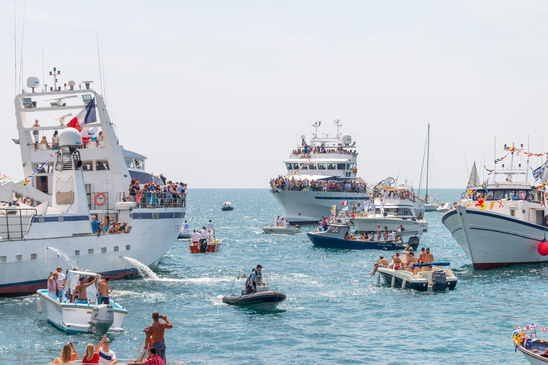 Bateaux de plaisance petits et grands, en train d'apprécier les fêtes de la Saint-Pierre à Sète