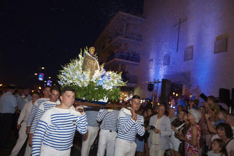 Fête de la St Pierre à Sète - jeunes habillés de tenues de marin blanches et rayées de bleu portant la statue de Saint-Pierre