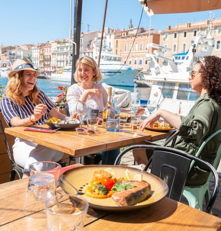 Restaurant au bord du canal à Sète entre copines