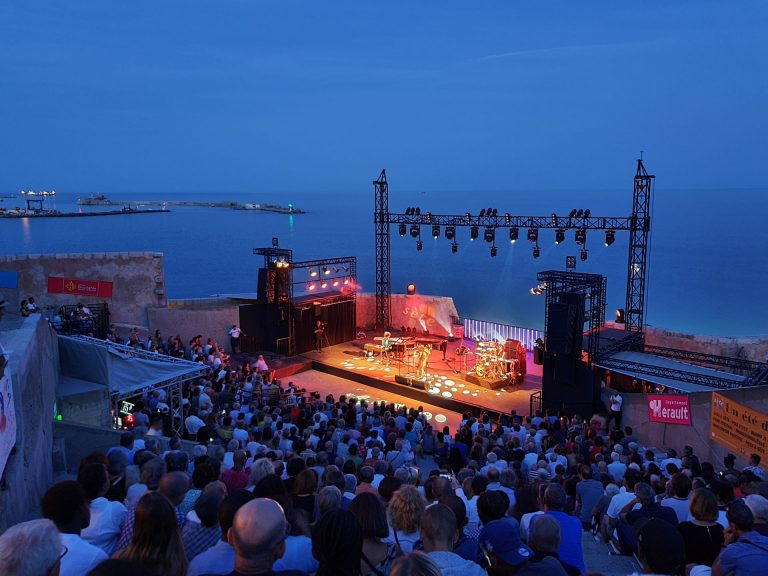 Concert au Théâtre de la mer à Sète de nuit l'été