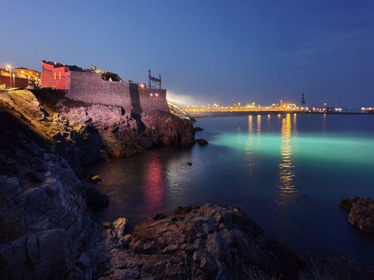 Théâtre de la mer à Sète de nuit vue de la mer