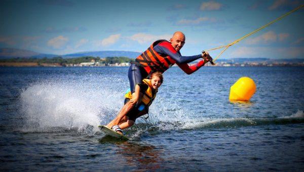 Famille en wakeboard sur un Téléski nautique sur l'étang de Thau avec Kithau