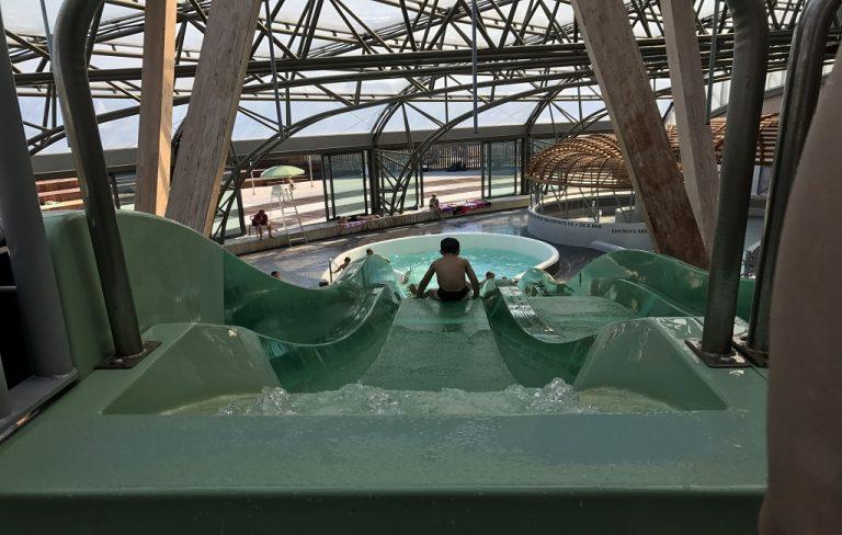 L'Archipel de l'eau au Cap d'Agde, vu d'un enfant dans un tobogan avec la piscine en bas