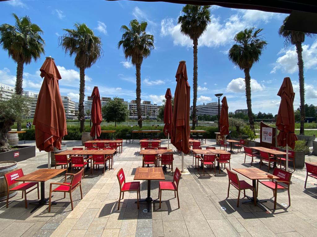 Vue sur la terrasse extérieure du bar à vin O Sud à Montpellier