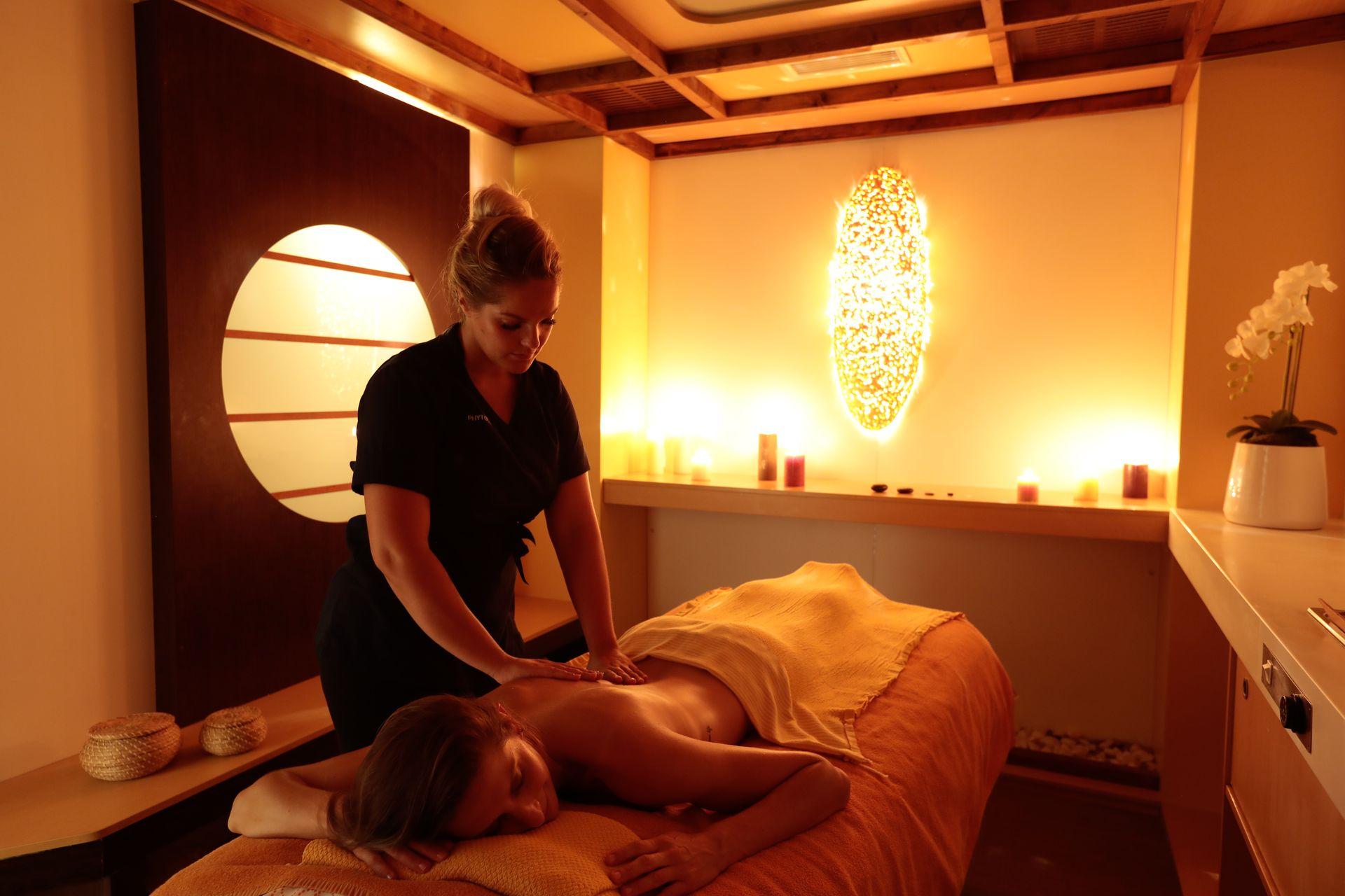 Séance massage pour une jeune femme au Spa 5 Mondes à l'Hôtel Thalasso Les Corallines à la Grande Motte