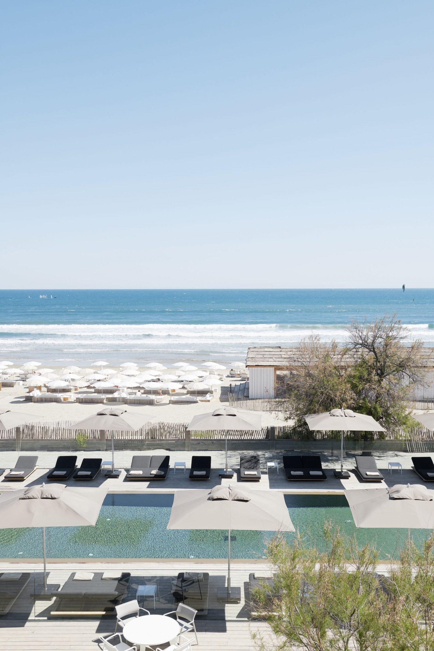 Vue piscine et plage de l'Hôtel Plage Palace à Palavas les Flots