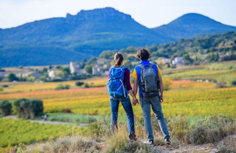 Couple en Oenorando à Montpeyroux qui regarde le Barry et le roc des 2 vierges