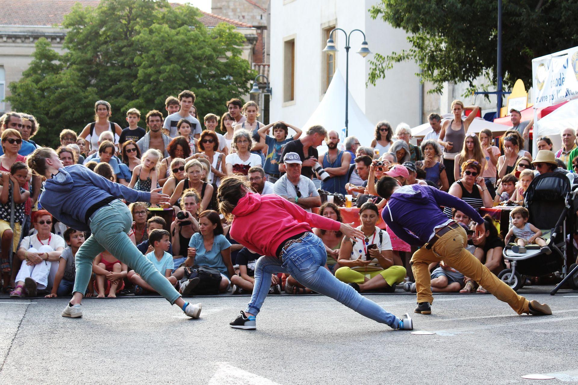 Groupe Génération Pomm(ée) en train de danser devant des spectateurs en famille dans le cadre du Festival Résurgence à Lodève