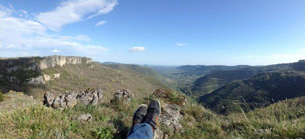 Vue sur la vallée de Lauroux vers la Grotte de Labeil