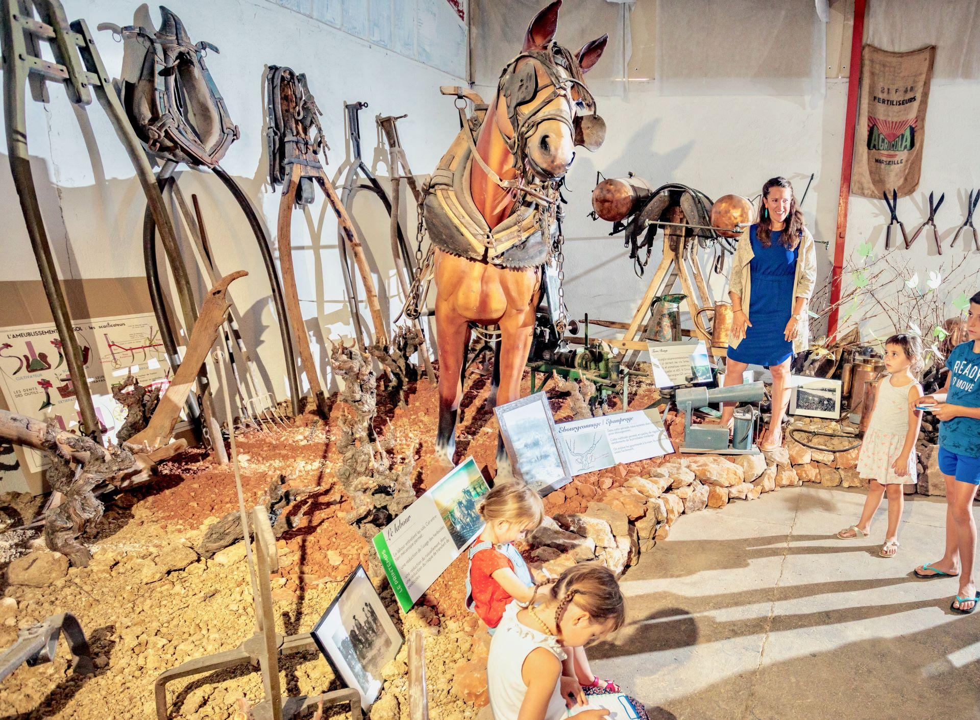 Famille en visite Musée des Emile Vignerons à Cazouls les Béziers