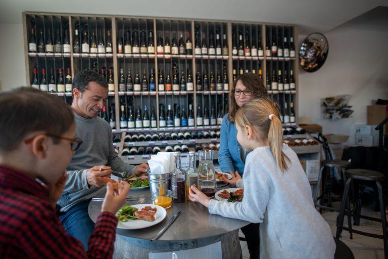 Déjeuner en famille à la Boutique Terroir Invinaterra à Sauteyrargues