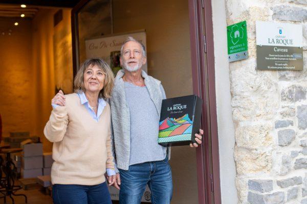 Couple de cinquantenaires heureux sortant d'un domaine viticole carton sous le bras