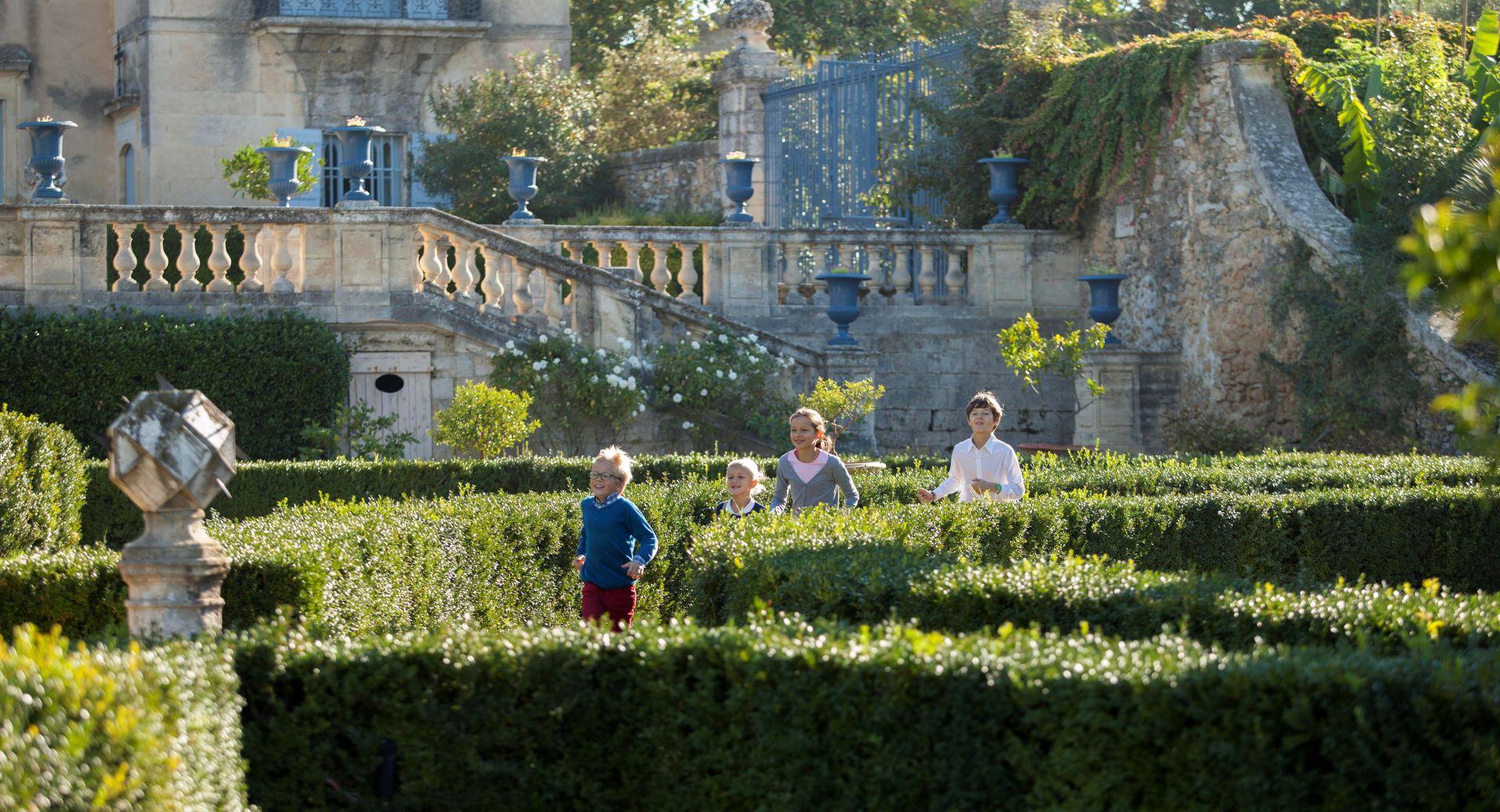 Enfants jouant dans les jardins du château de Flaugergues