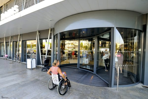 Une jeune femme avec un handicap moteur entre aux thermes de Balaruc les Bains