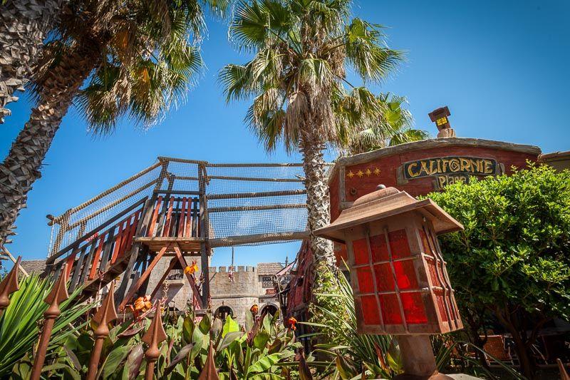 Vue sur le camping Club California et son décor autour des pirates