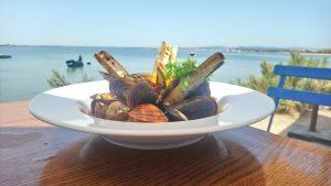 Plat de coquillage devant l'étang de Thau au restaurant Chez Lanchois à Sète