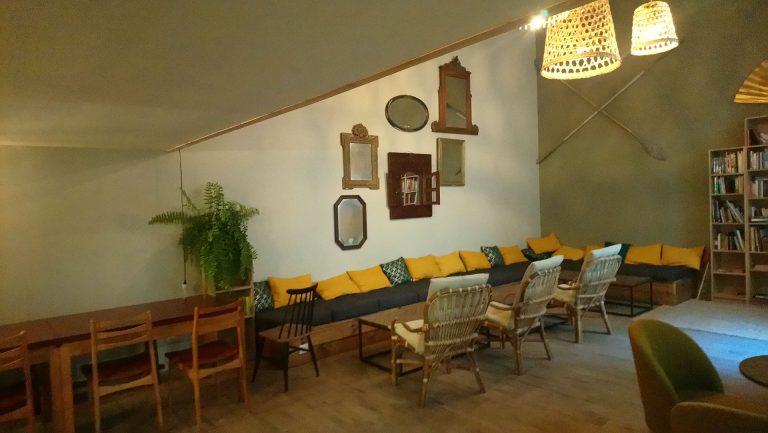 Salle de repos et de lecture du Georges Hostel & Café à Sète
