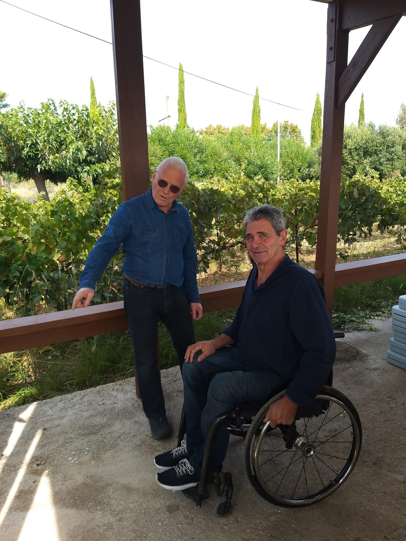 2 hommes discutent sur la terrasse du caveau de Belle Dame