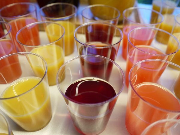 Plusieurs verres sirops de dégustation