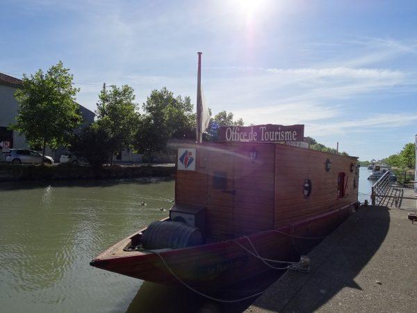 La Gabare est une gabare sur le Canal du Midi. Bureau d'Information Tourisme