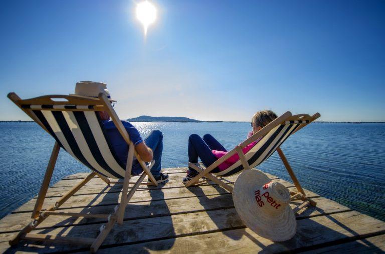 """Un couple de jeuniors quincados profite du panorama sur l'étang de Thau au """"Petit Mas"""" à Loupian"""