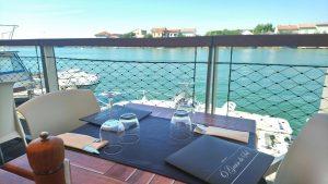 Table sur la terrasse au dessus de l'Hérault du restaurant O Grain de Sel au Grau d'Agde