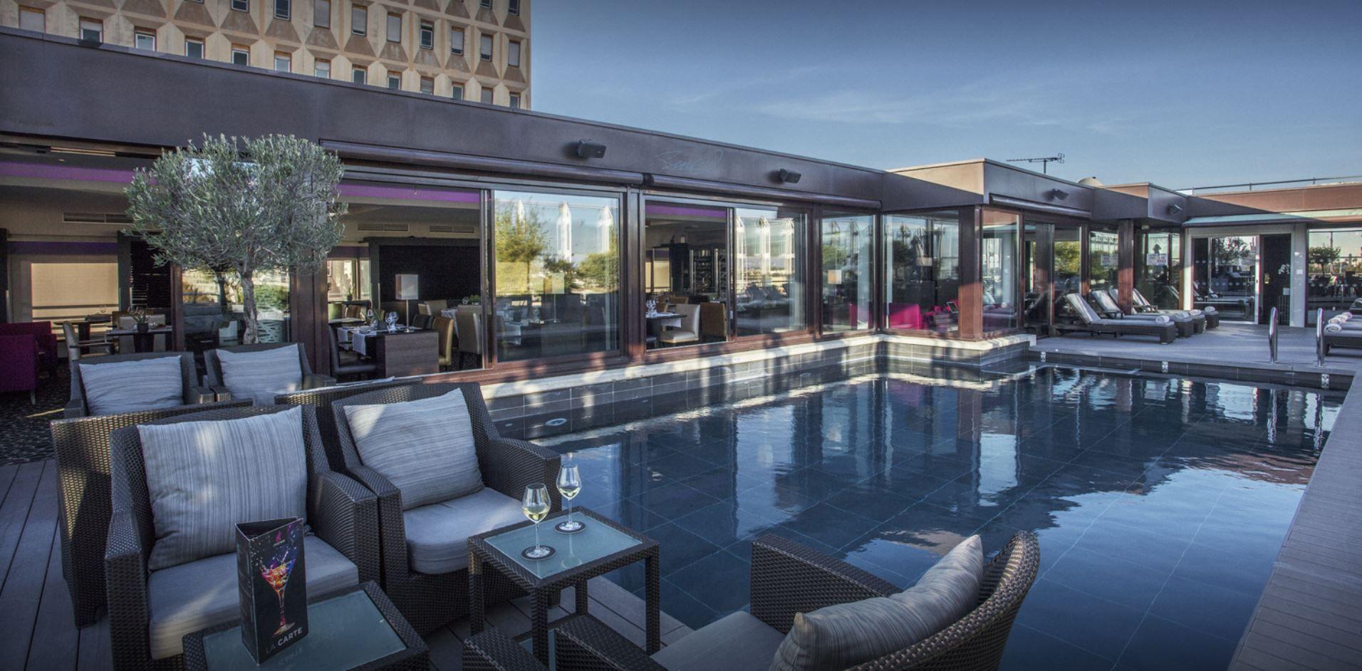 Vue sur le restaurant et la piscine du restaurant 'Le Vertigo'
