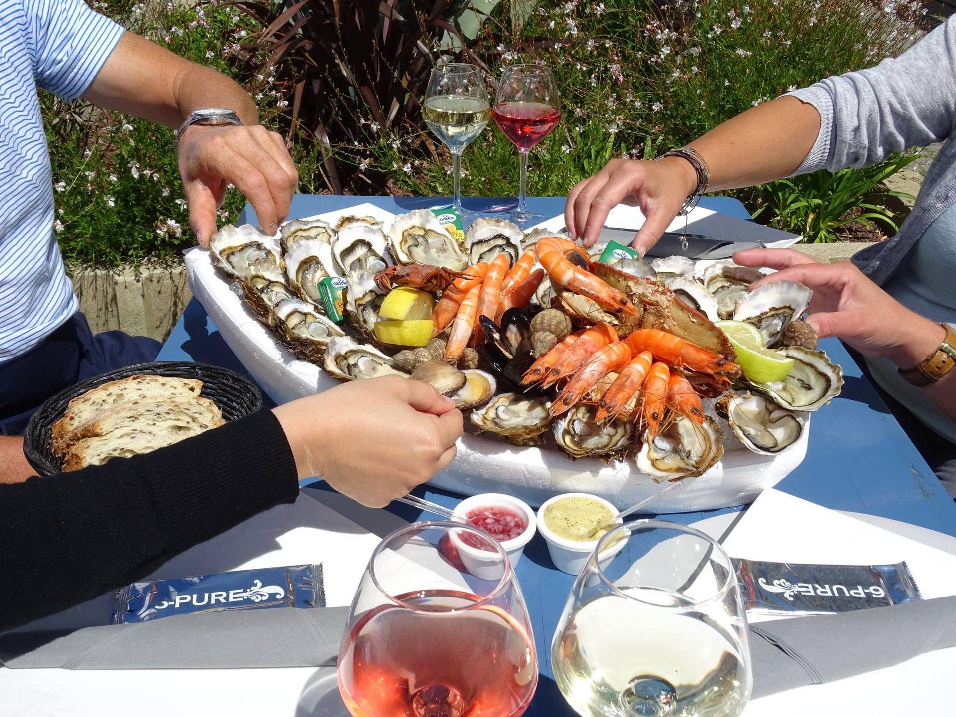Dégustation d'un plateau de coquillages et fruits de mer à La Grande Motte entre amis