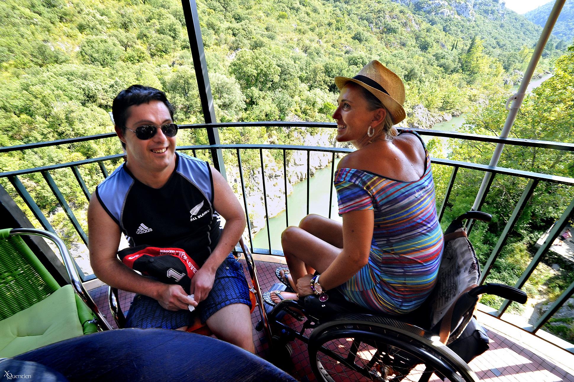 Une jeune dame en fauteuil et son amis dejeuner