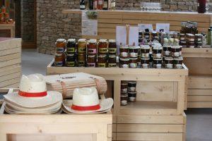 Bouteilles de bin à l'intérieur de la boutique oenotouristique Viavino - Saint Christol