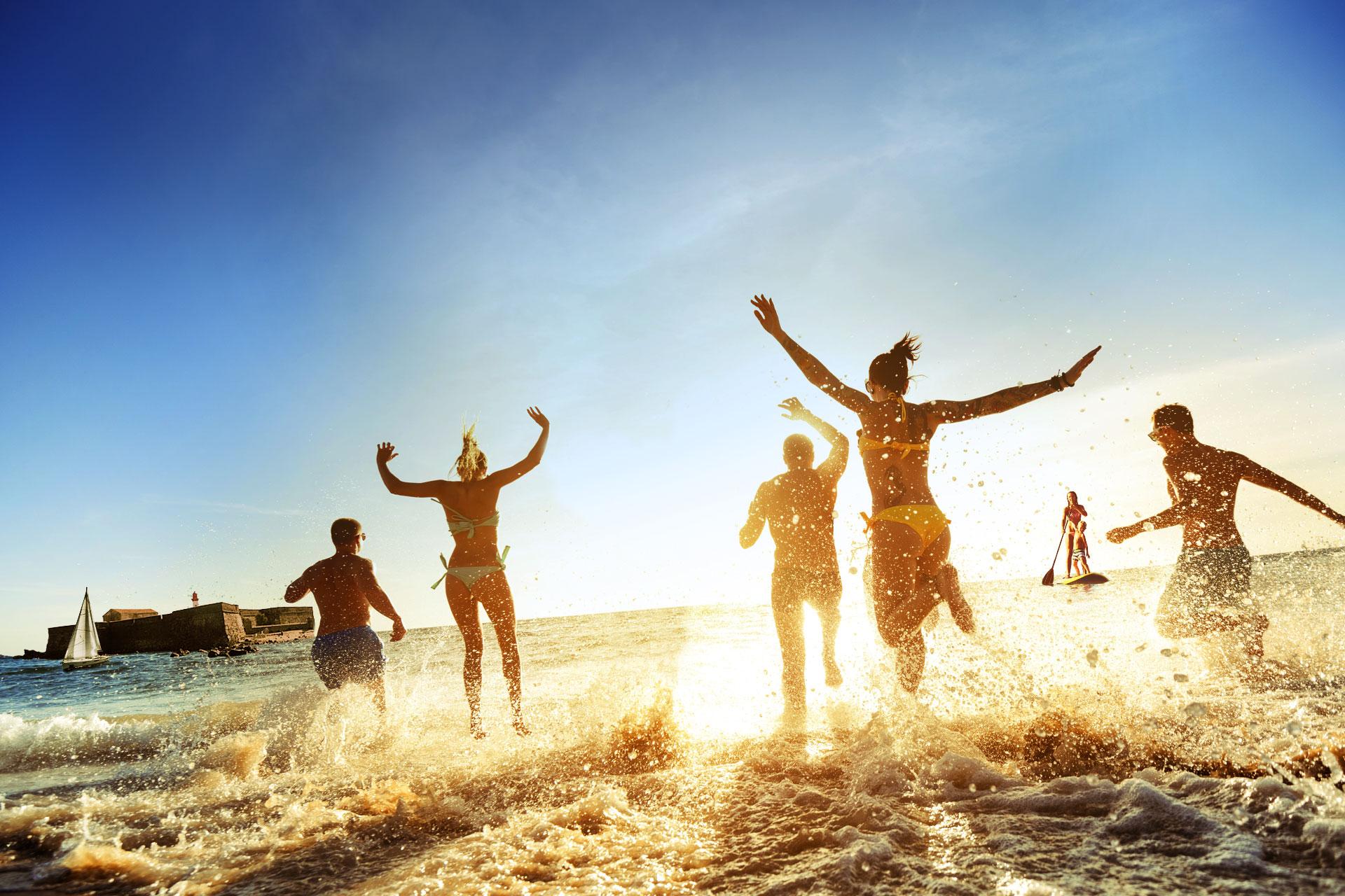 Groupe de jeunes à la plage Richelieu au Cap d'Agde