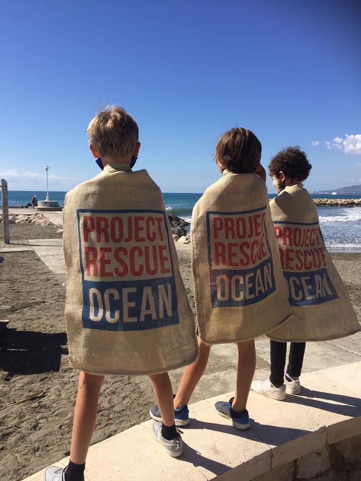 Enfants lors d'une collecte des déchets de Project Rescue Ocean